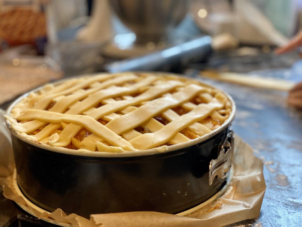 Preparing and making Dutch applepie